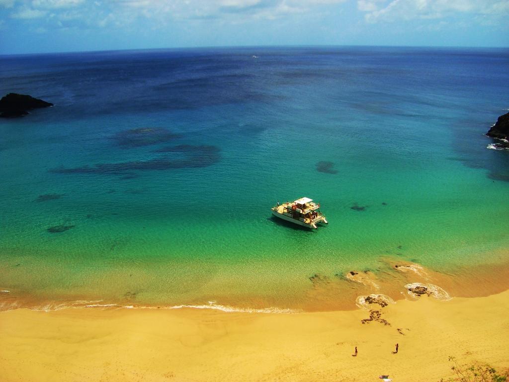 Strand aan Praia do Sancho, Fernando de Noronha (Brazilië)