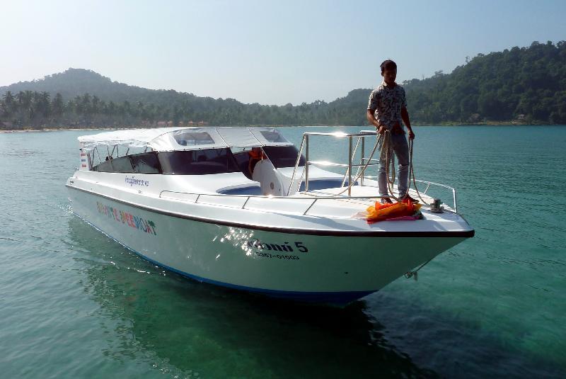 50-person-speedboat-siriwhite