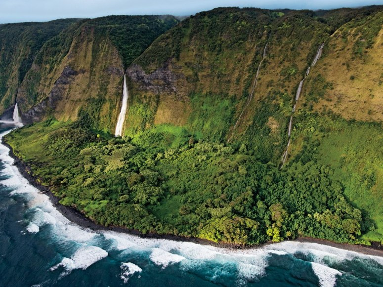 item0_rendition_slideshowWideHorizontal_helicopter-tour-big-island-falls